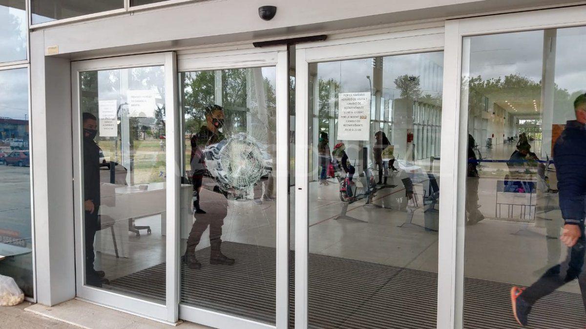 la-puerta-del-hospital-iturraspe-atacada-piedrazos-un-hombre-fuera-si